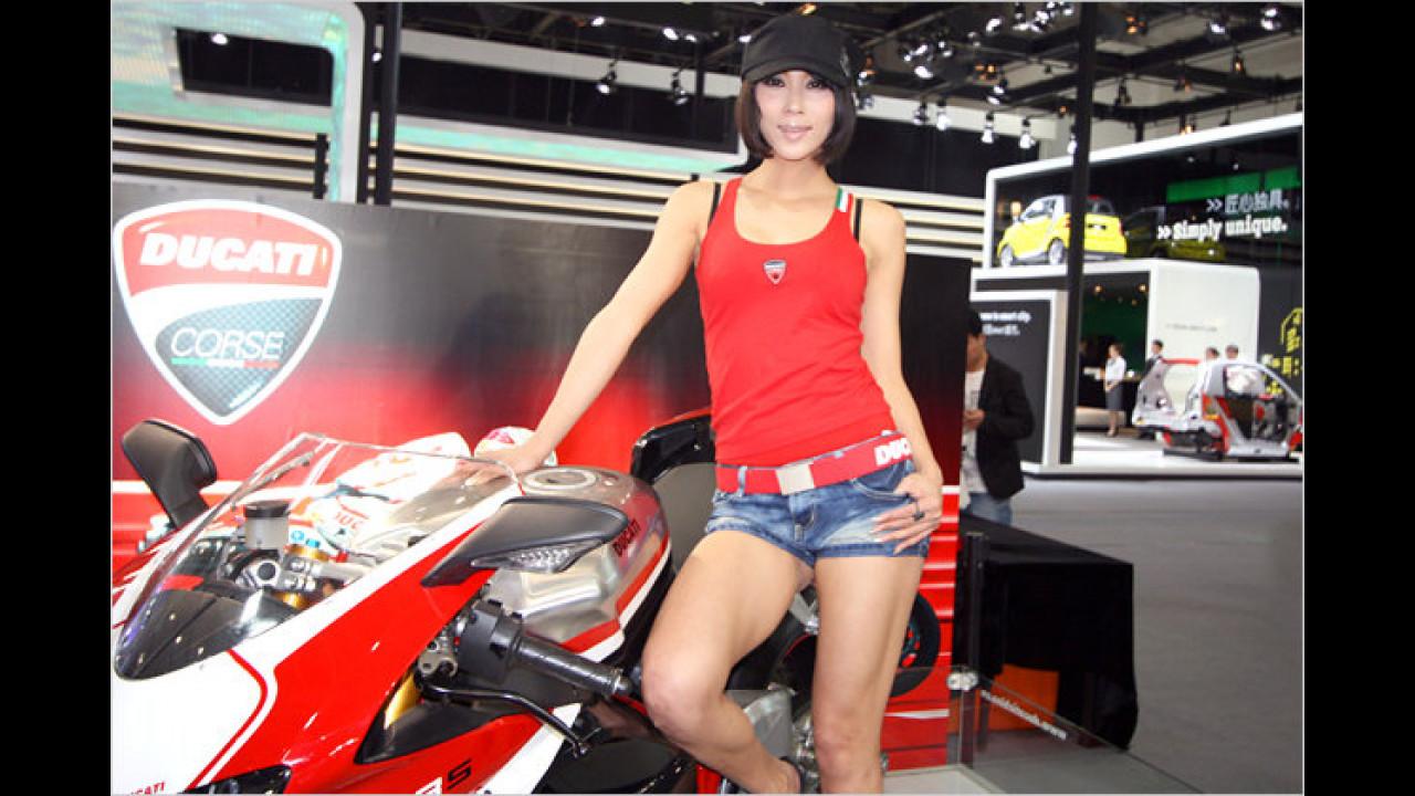 Die Schutzkleidung für chinesische Bikerinnen ist ein wenig dürftig