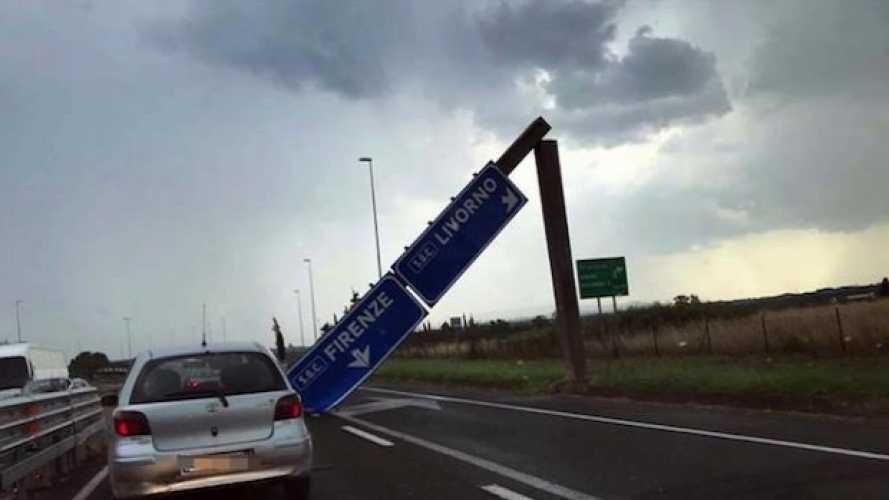Superstrada, crollo mega-cartello: per fortuna, non passavano motociclisti