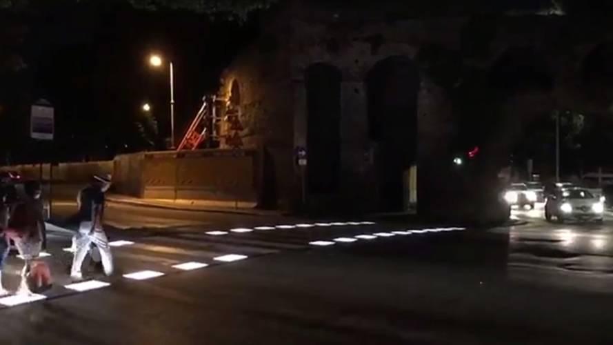 Virginia Raggi mostra le prime strisce pedonali a LED di Roma