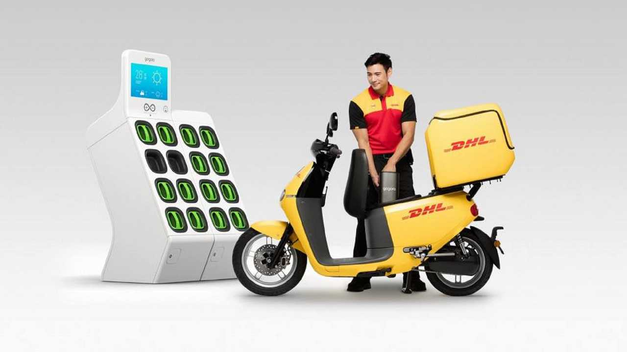 DHL Rider Swapping Gogoro Battery