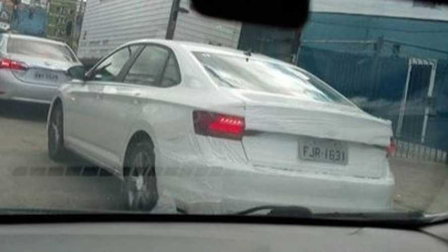 Flagra: Novo VW Jetta já roda com placas cinzas e quase sem camuflagem no RJ
