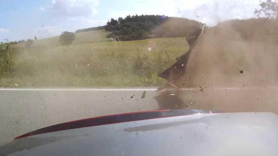 Egy rossz váltás miatt borult hatalmasat egy Honda S2000 vezetője (videó)