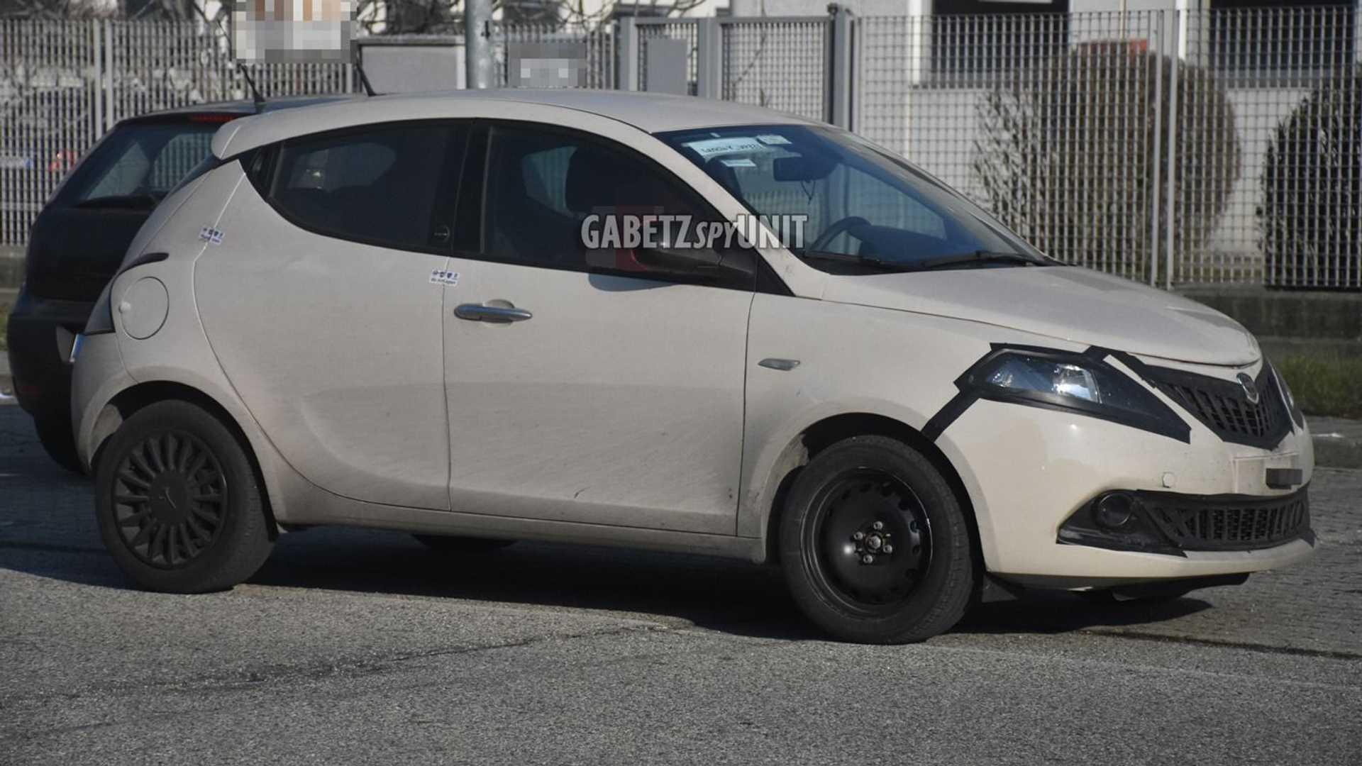 Шпионские фотографии Lancia Ypsilon 2021 года демонстрируют печальное состояние легендарного бренда