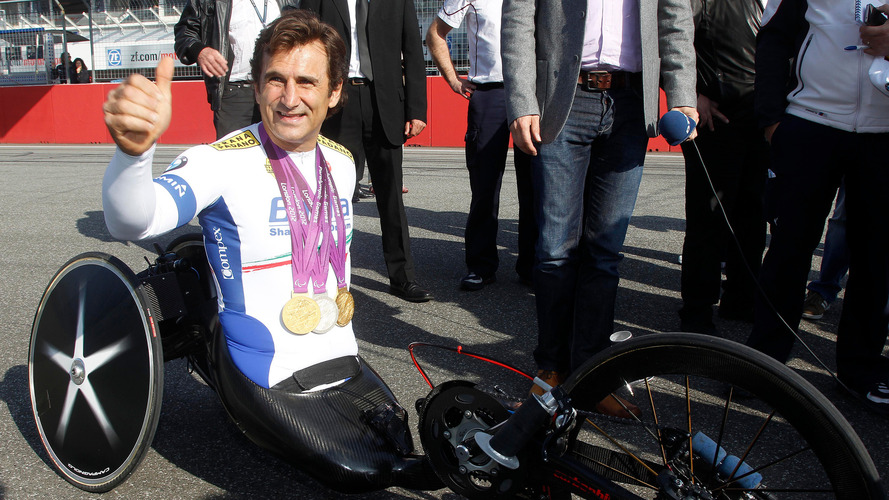 Alex Zanardi, avec son vélo à main