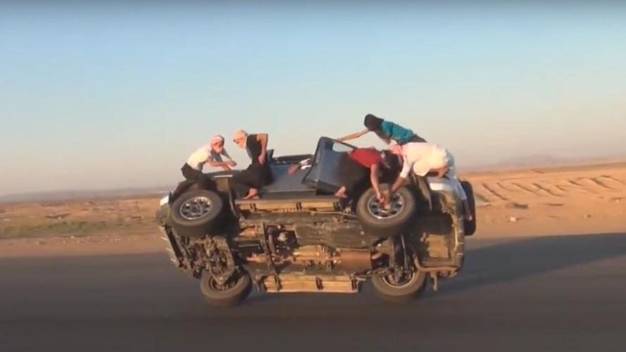 Çılgın Araplar iki teker üzerinde giderken tekerlek değiştiriyor