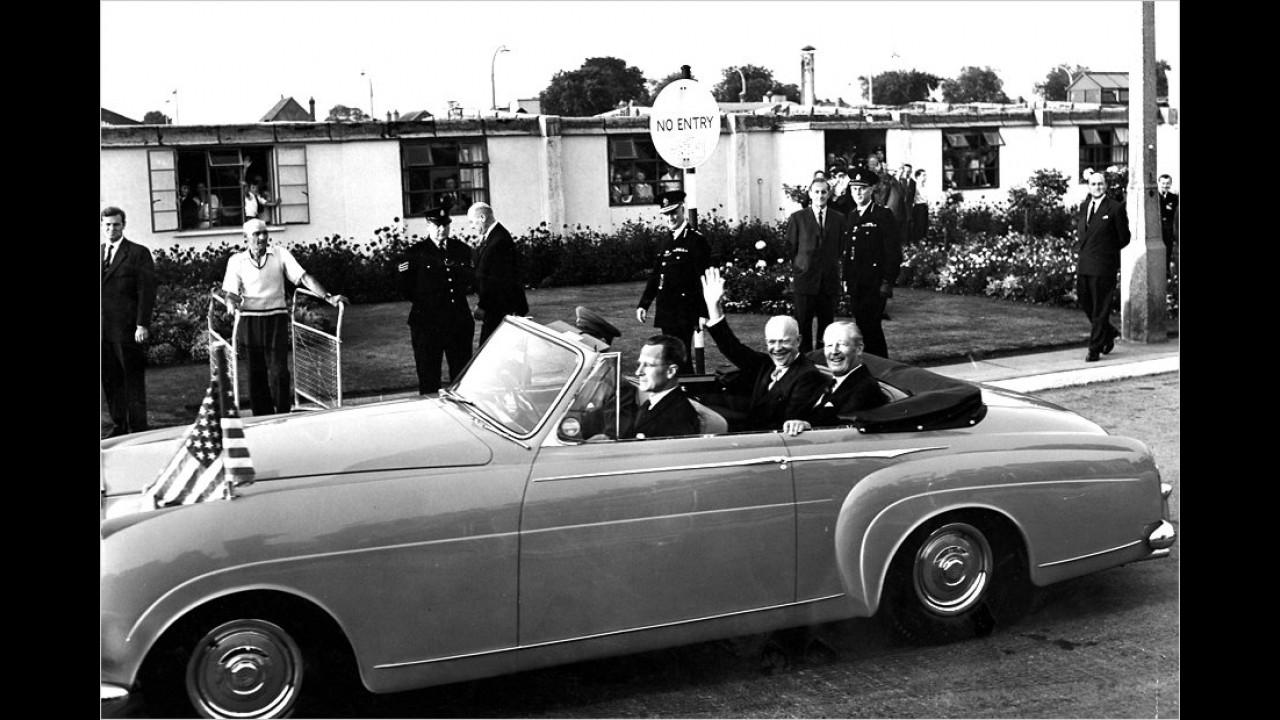Ebenfalls im Rolls-Royce: General Eisenhower und der englische Premierminister Harold MacMillan, London 1951.