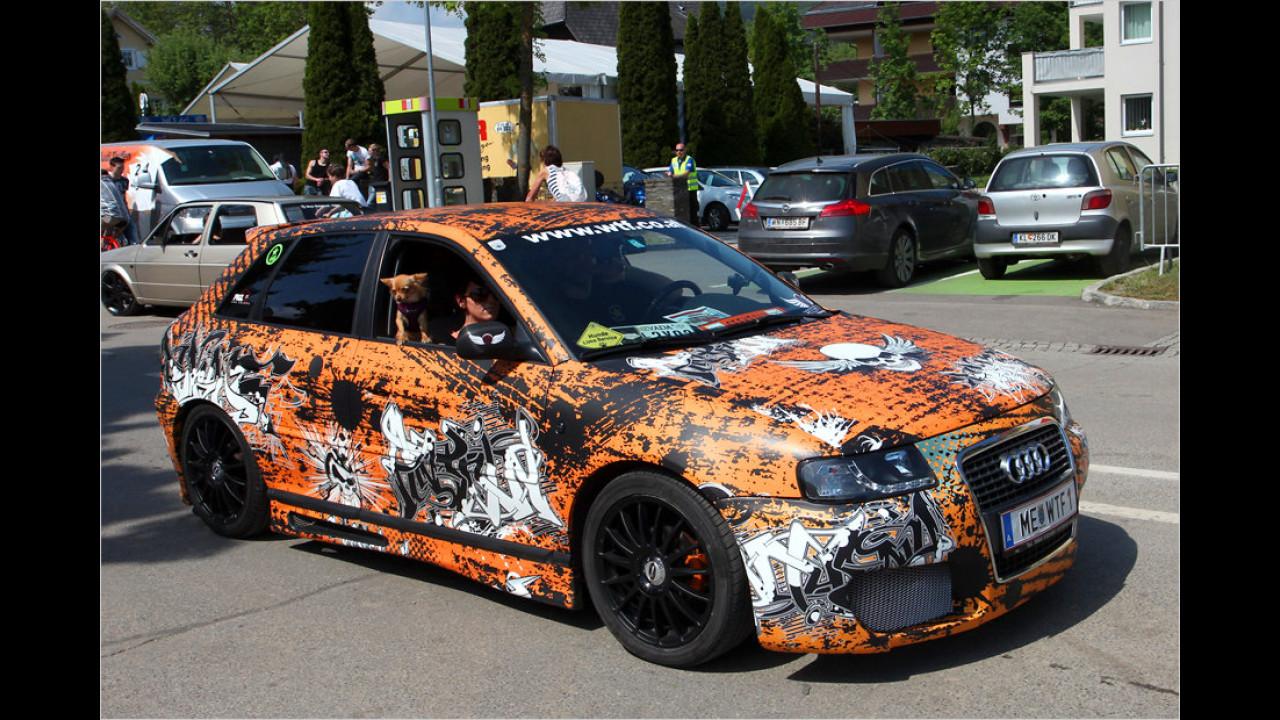 Die Besitzer dieses Audi A3 trieben es bei der Folierung ihres Autos ziemlich bunt.