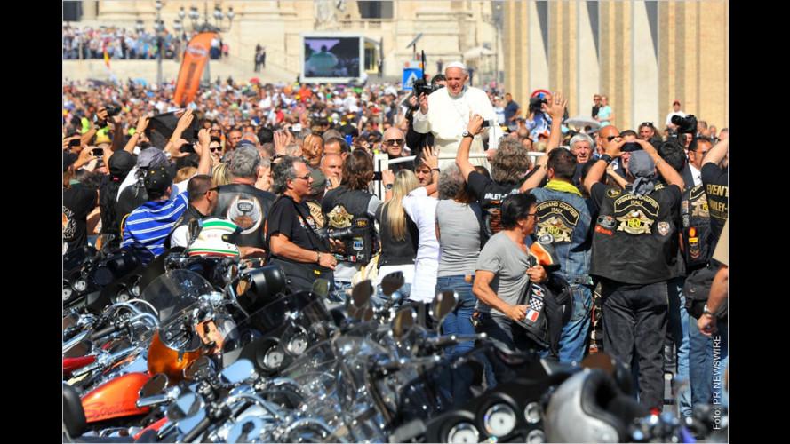 Papst Franziskus segnet Harleys