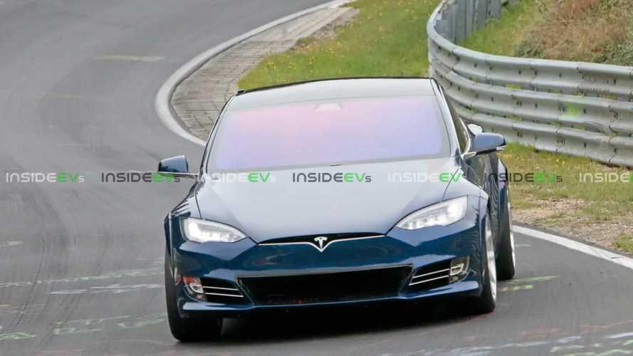 Mavi Bir Tesla Model S P100D+ Plaid Nürburgring Pistinde