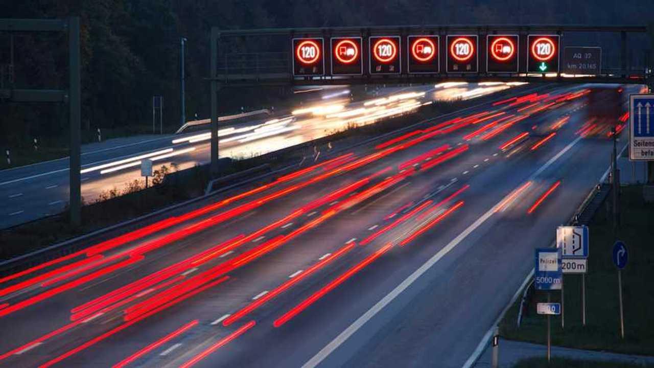 Alman Otobanında gece trafiği.