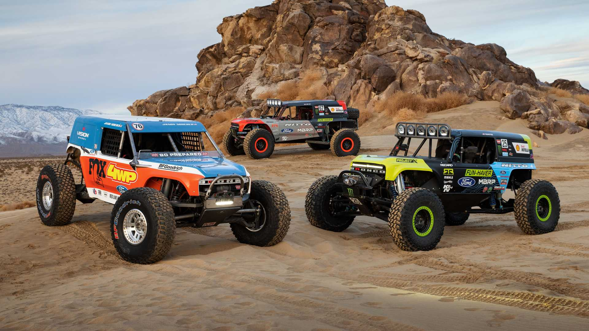 https://cdn.motor1.com/images/mgl/NY0OM/s6/ford-bronco-ultra4-4400-unlimited-class-race-truck-trio.jpg