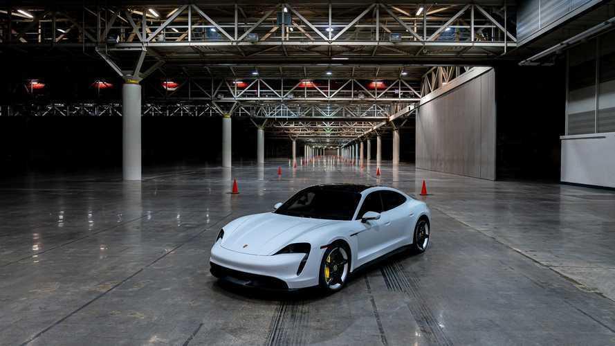 Il record di velocità indoor di Porsche Taycan Turbo S