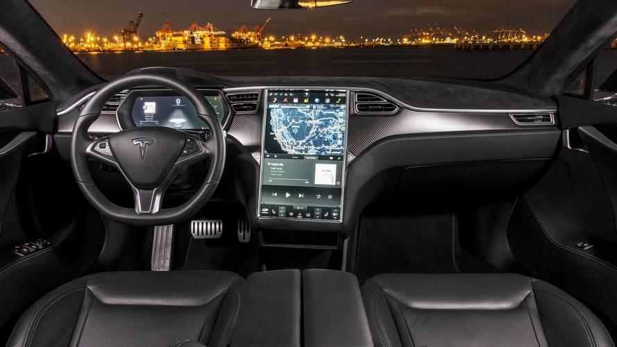 Beült az anyósülésbe a Tesla vezetője, hogy az autó önvezető képességét videózza