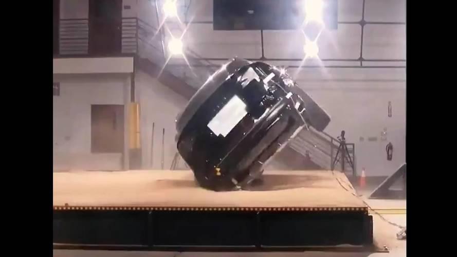VIDÉO - Il est difficile de retourner un Tesla Model X