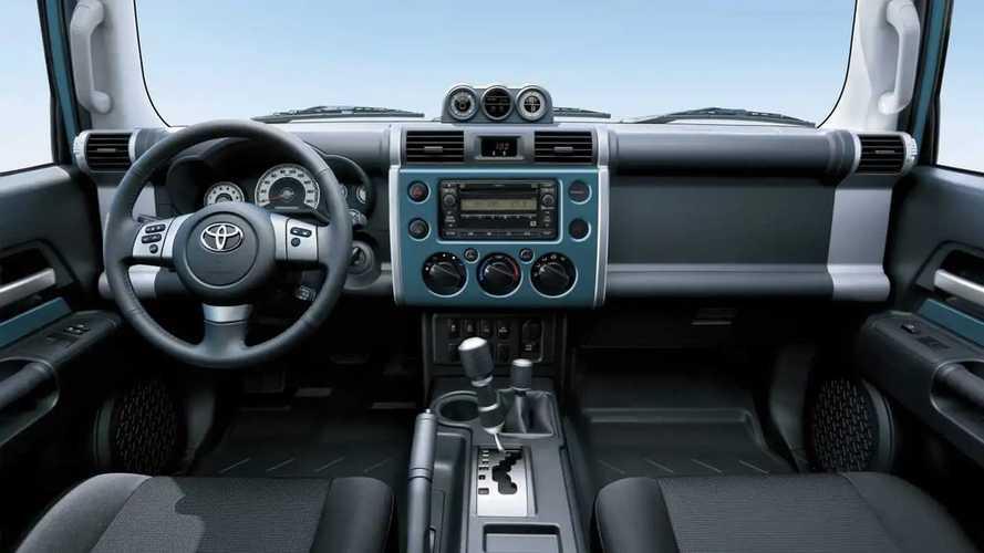 Toyota Land Cruiser 70 y FJ Cruiser en los Emiratos Árabes Unidos
