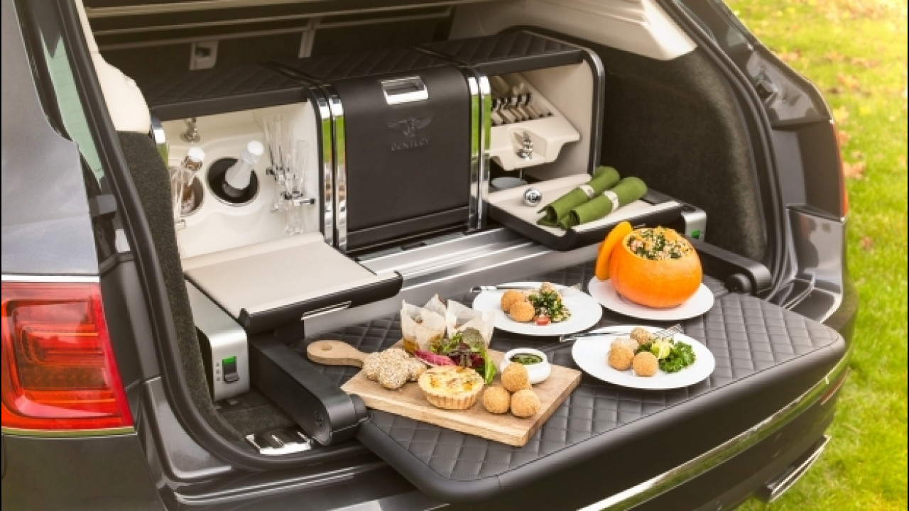 [Copertina] - Bentley Bentayga, nel bagagliaio il necessario per un picnic