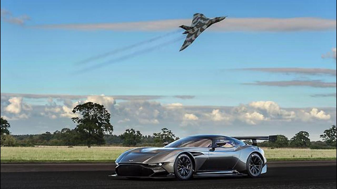 [Copertina] - Aston Martin Vulcan, emozionante video con lo storico bombardiere