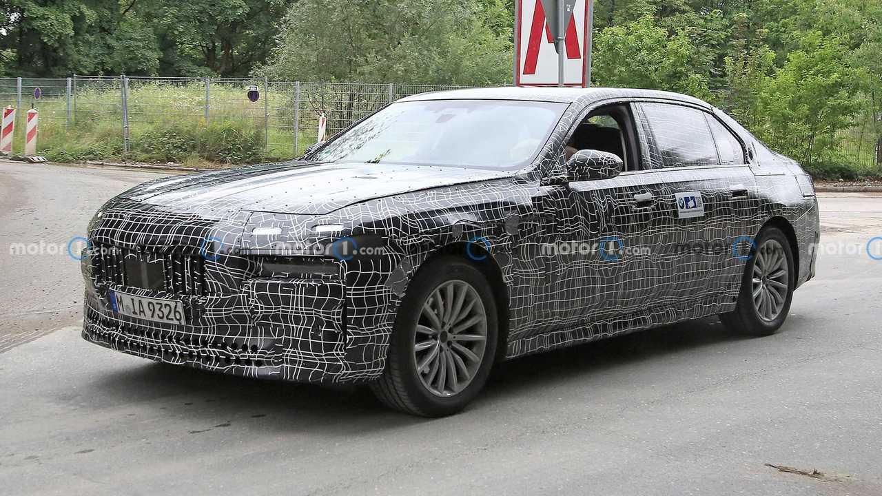 Next-gen BMW 7er spied with production lights