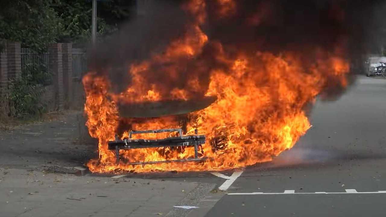 Охваченный огнем Volkswagen ID.3