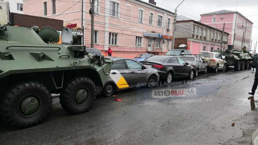 Пара БТР устроила массовое ДТП в центре Курска