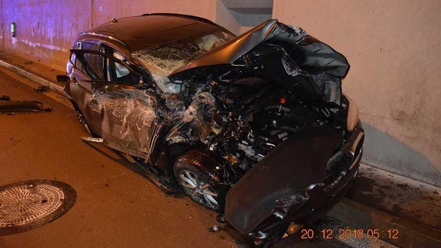 Uykulu BMW sürücüsü korkunç bir kaza yapıyor