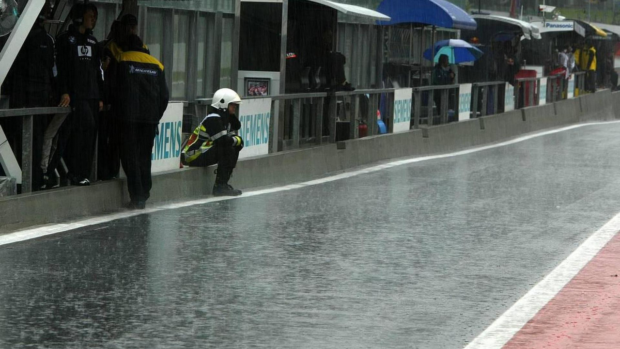 Overview of the pitlane with heavy rain - September, Formula 1 World Championship, Rd 16, Belgian Grand Prix, Friday Practice, 09.09.2005 Spa Francorchamps, Belgium