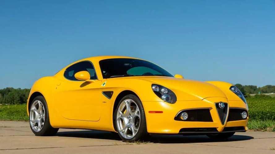 Ha van felesleges 82 millió forintod, tiéd lehet ez a sárga Alfa Romeo 8C
