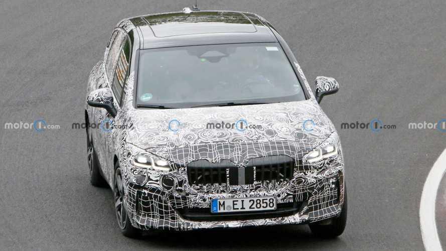 BMW 2-й серии Active Tourer начал сбрасывать камуфляж