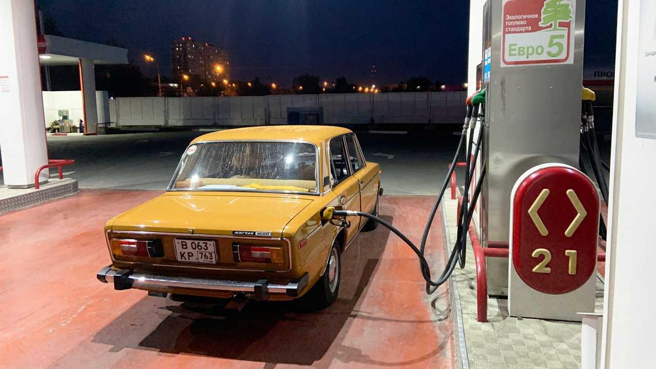 ВАЗ-2106 «Жигули» 1979 года выпуска на заправке