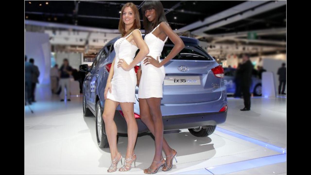 Party in Paris: Nette Mädels und ein ziemlich blauer Typ