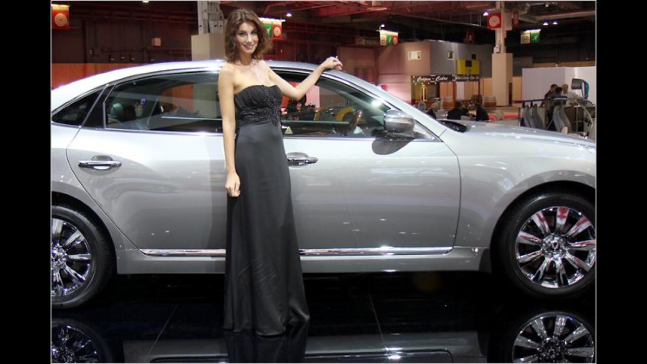 Nun, entweder ist die Dame recht niedrig oder das Auto recht hoch