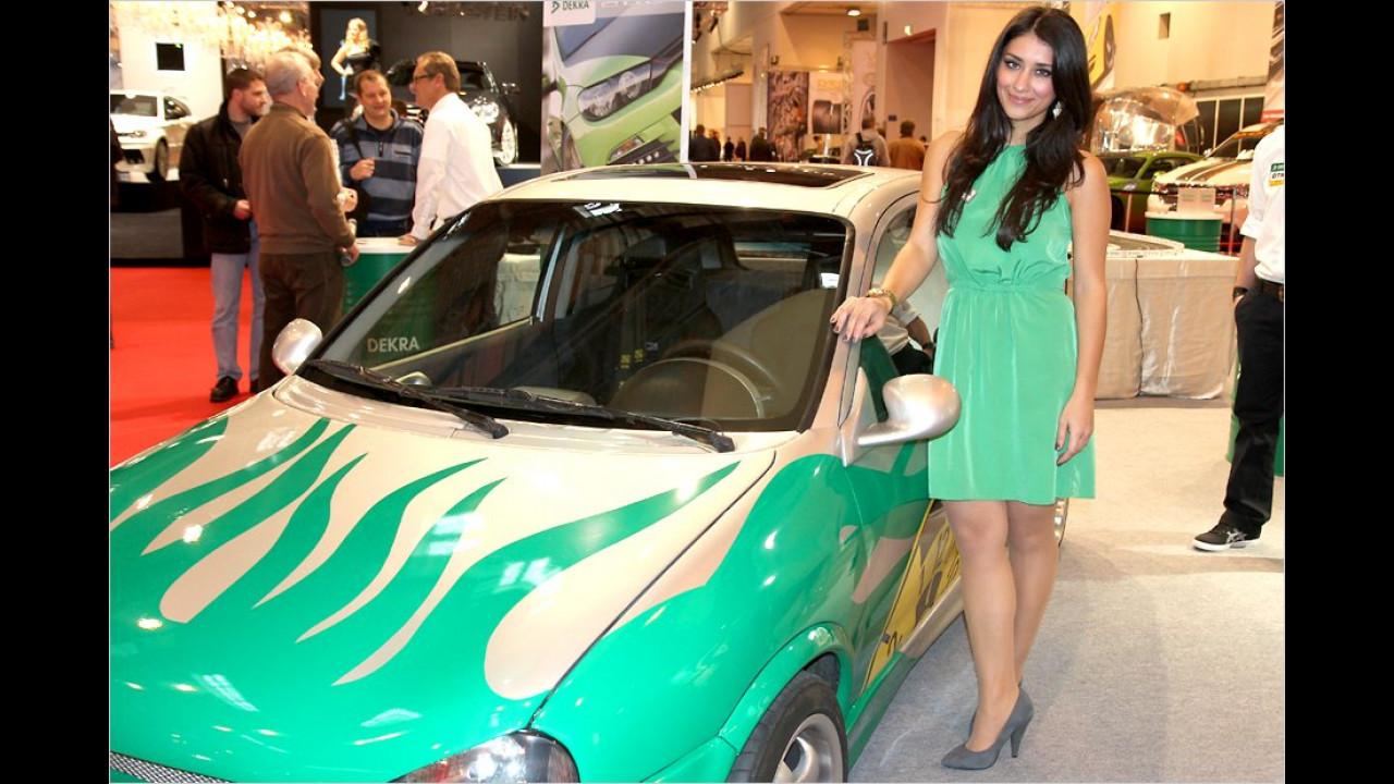 Die grünen Flammen sind diesem Girl wohl aufs Kleid übergesprungen