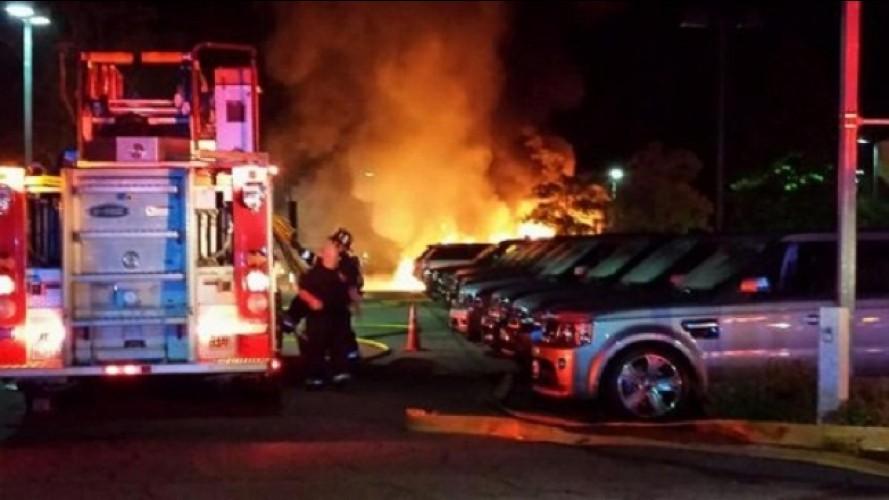 Cenas fortes: incêndio destrói 20 modelos da Jaguar Land Rover