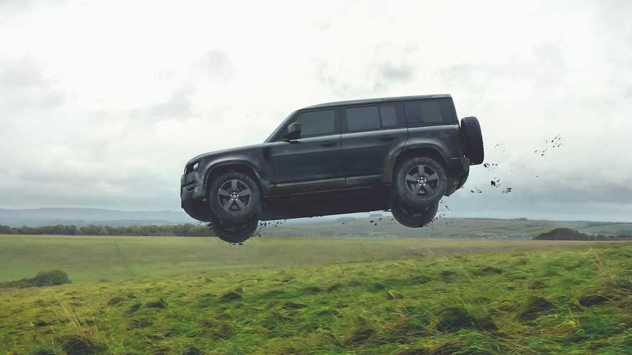 Land Rover Defender (2020) Flying at James Bond Movie | Foto Motor1.com