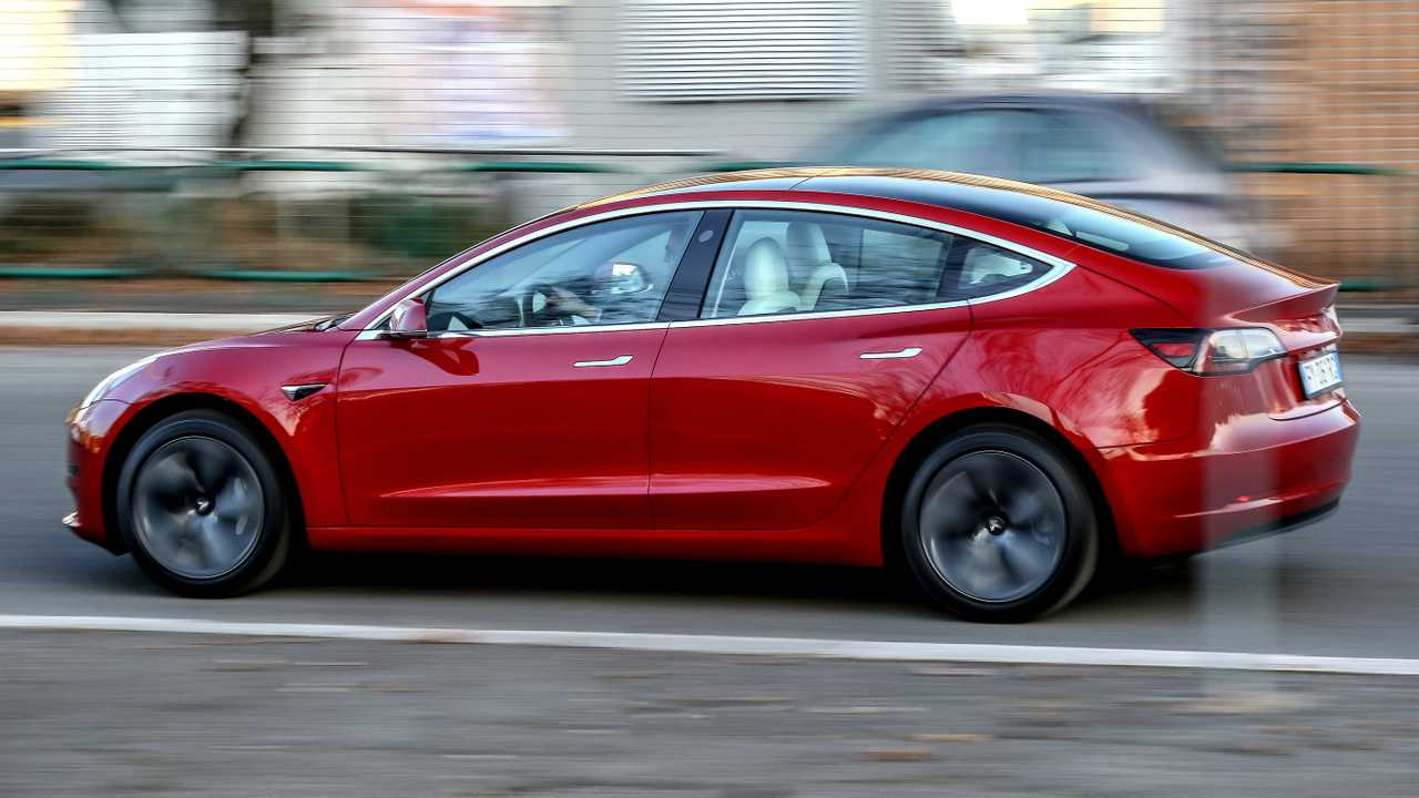 Tesla Model 3 rutscht in Großbritannien aus der Förderung