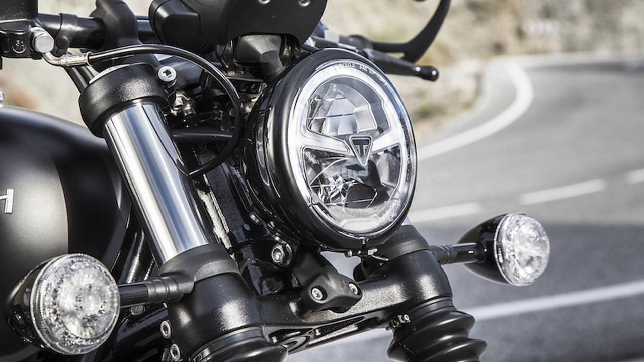 2018 Triumph Bonneville Bobber Black - First Ride