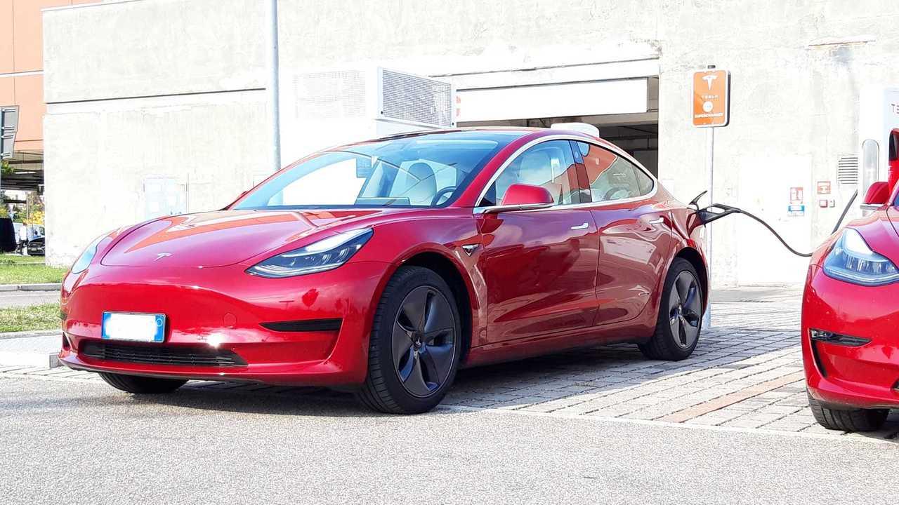 Tesla Model 3 beim Tanken (M1 Italien)