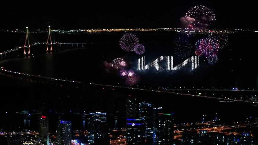 A levegőben mutatta be új logóját a Kia