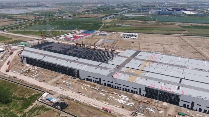 VIDÉO - La Gigafactory 3 sort de terre