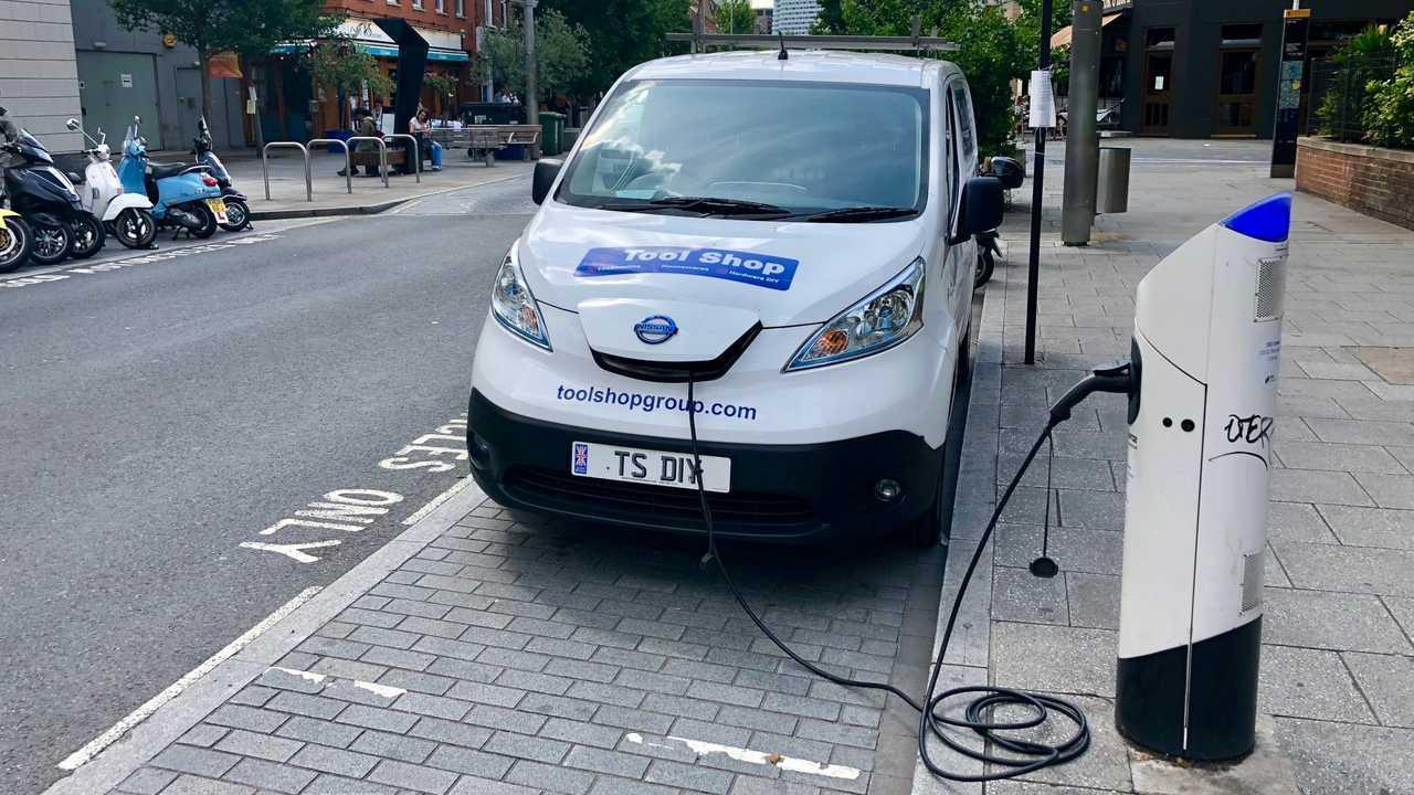 Ticari elektrikli araç van Londra'da bir şarj istasyonu kullanıyor