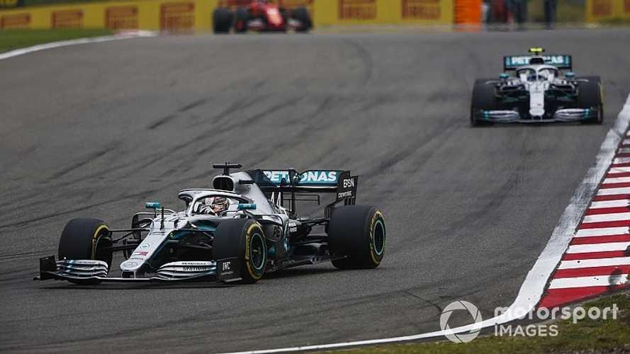 Hamilton se lleva la carrera 1000 de la F1 y Mercedes asusta