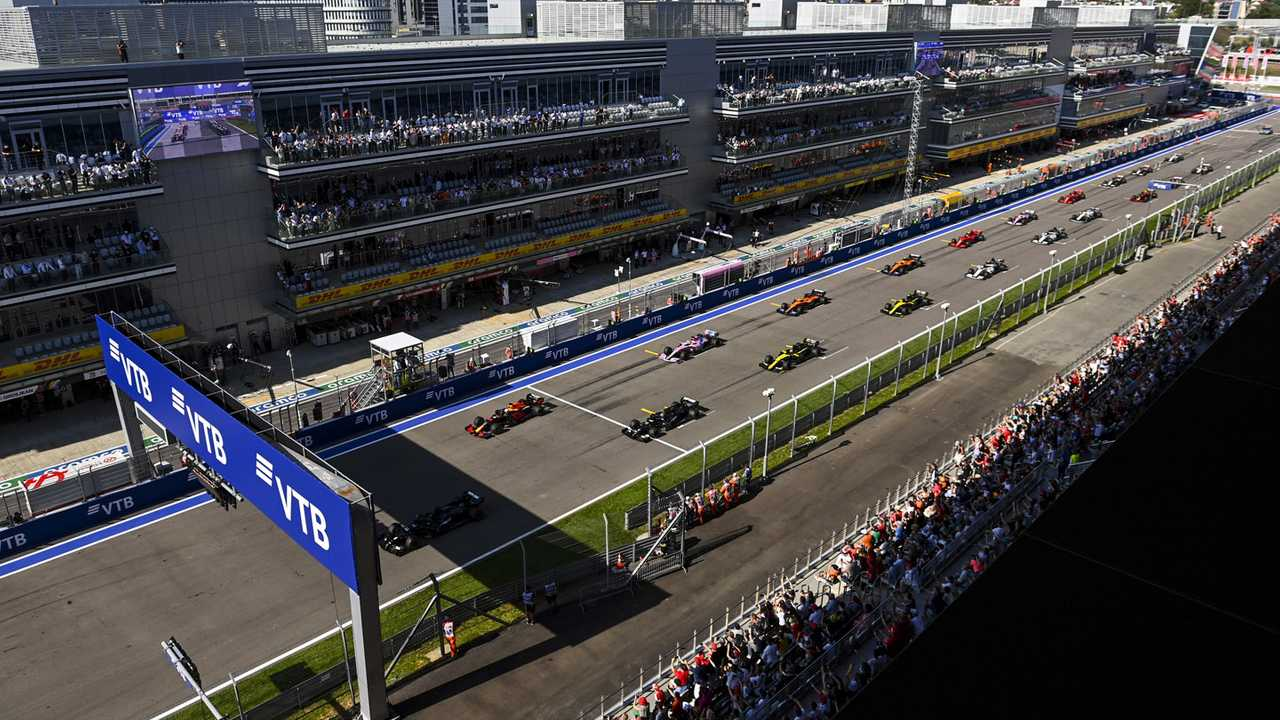 Lewis Hamilton, Mercedes F1 W11, Max Verstappen, Red Bull Racing RB16, Valtteri Bottas, Mercedes F1 W11, Sergio Perez, Racing Point RP20, and the rest of the field at the start