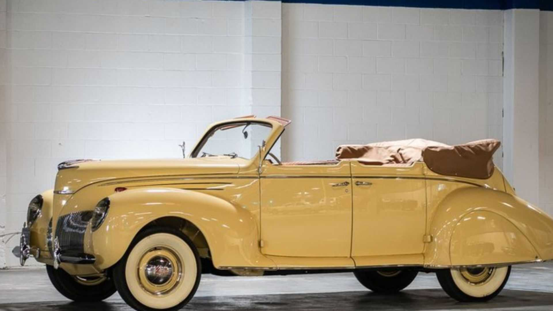 """[""""1939 Lincoln Zephyr Combines Luxury And Performance""""]"""