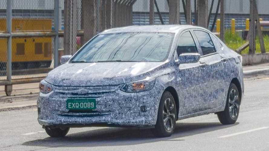 Flagra: Novo Chevrolet Prisma já roda com camuflagem leve no Brasil