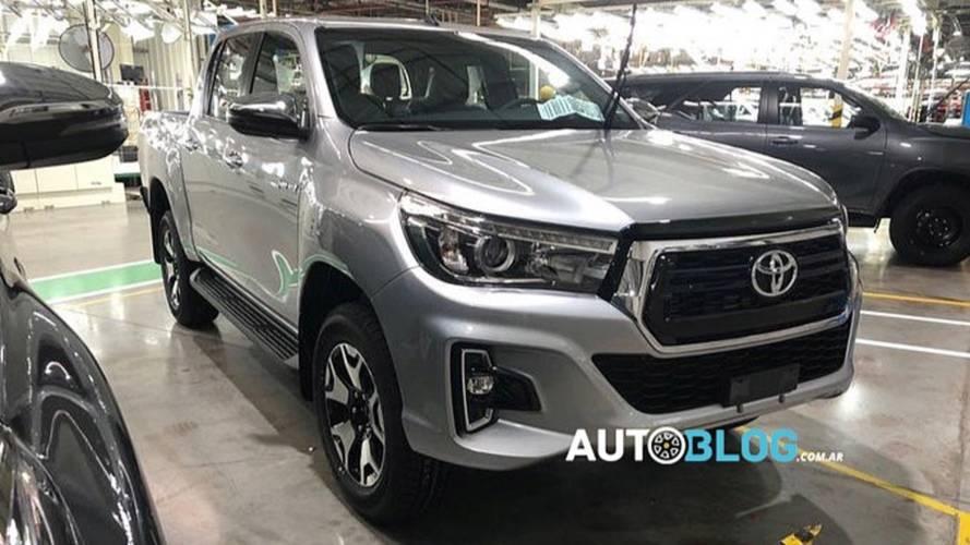 Flagra: Toyota Hilux reestilizada já é produzida na Argentina