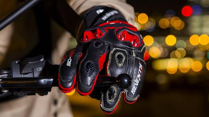 ¿Podrán multarte por ir en moto sin guantes?