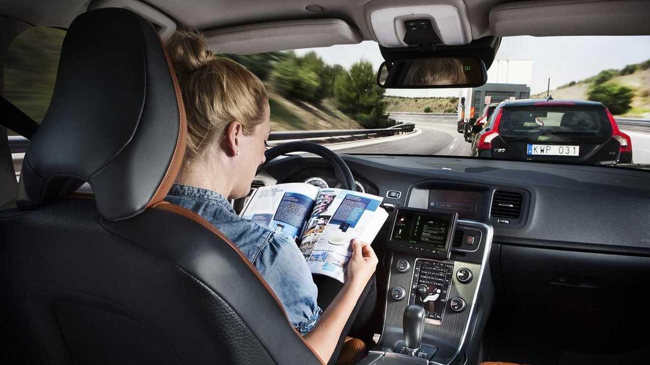 Auto a guida autonoma, un italiano su due ha paura