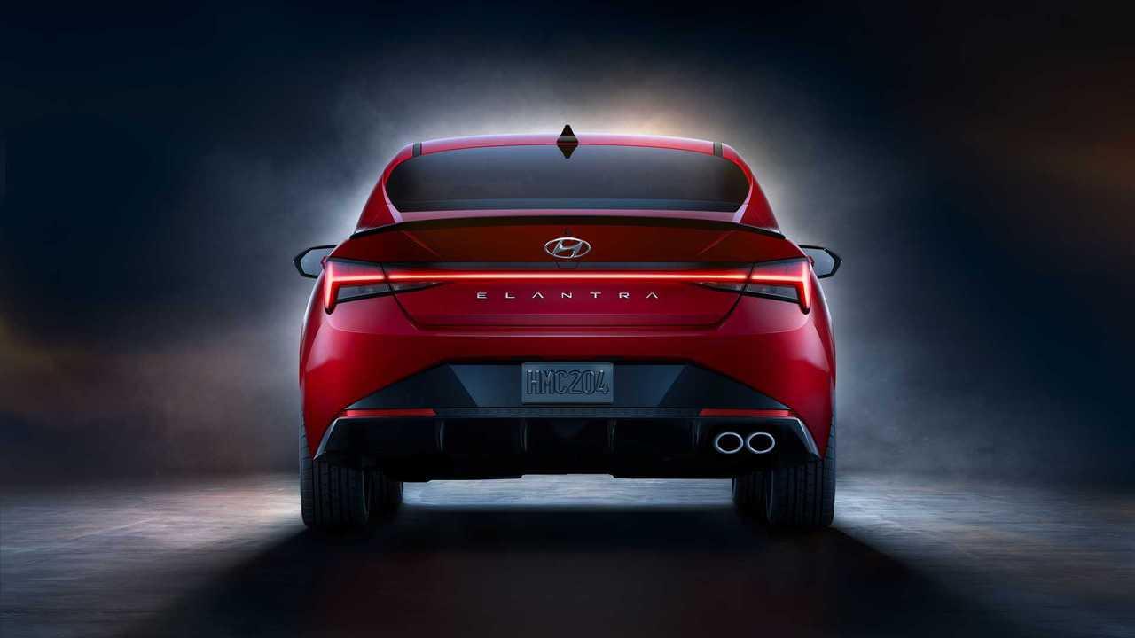 Yeni Hyundai Elantra modeline ait kırmızı renkli bir örnek.
