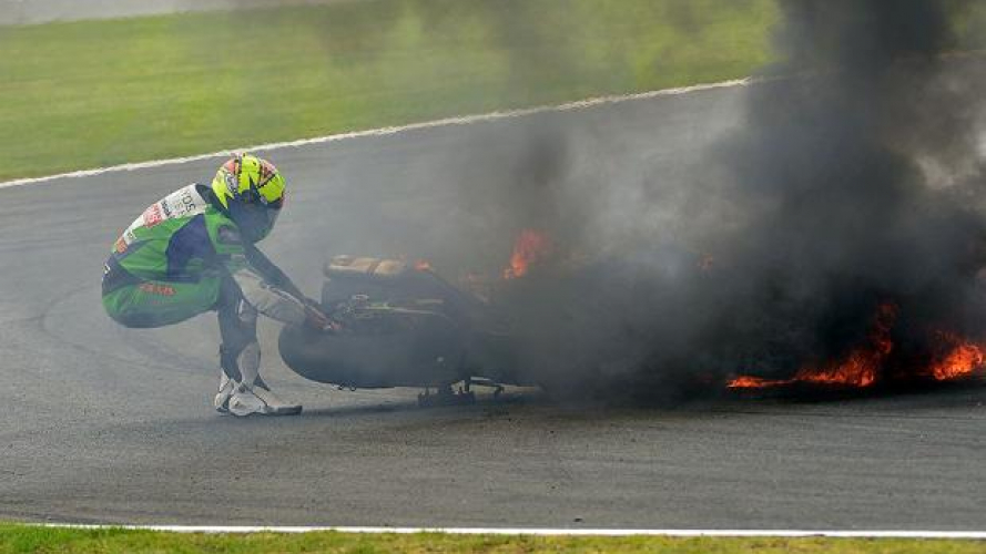 BSB: Chris Walker cerca di salvare la sua moto dall'incendio - VIDEO