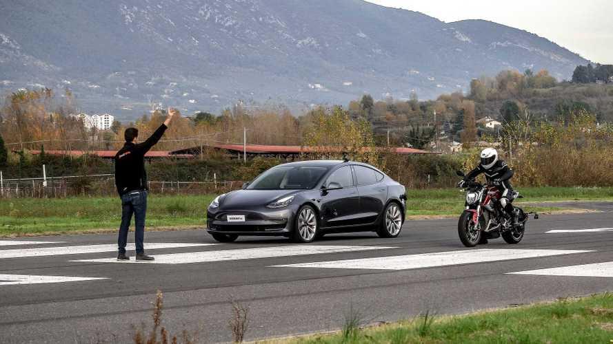 Tesla Model 3 Performance ile Zero SR/F motosikletin yarışını izleyin
